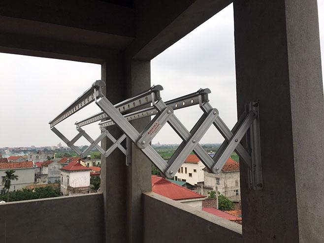 Lắp đặt giàn phơi gắn tường trên tầng thượng Nhà Phố